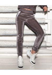 CUORI e PICCHE - Srebrne aksamitne spodnie Mito Low. Stan: podwyższony. Kolor: szary. Materiał: dresówka, materiał