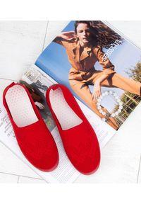 Czerwone tenisówki MARQUIIZ w kolorowe wzory, bez zapięcia