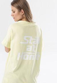Born2be - Żółta Bluza Delosea. Kolor: żółty. Długość rękawa: krótki rękaw. Długość: krótkie. Wzór: nadruk