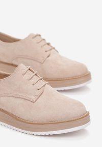 Renee - Beżowe Półbuty Astrymes. Nosek buta: okrągły. Kolor: beżowy. Szerokość cholewki: normalna. Obcas: na platformie