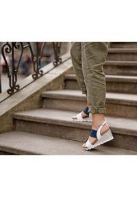 Zapato - sandałki na koturnie - skóra naturalna - model 347 - kolor granatowy nubuk. Okazja: na co dzień. Kolor: niebieski. Materiał: nubuk, skóra. Wzór: nadruk, kolorowy. Sezon: lato. Obcas: na koturnie. Styl: boho, klasyczny, casual
