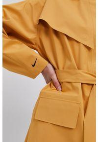 Nike Sportswear - Kurtka. Kolor: żółty. Materiał: włókno, tkanina, materiał. Wzór: gładki