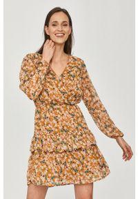 Jacqueline de Yong - Sukienka. Okazja: na co dzień. Kolor: brązowy. Długość rękawa: długi rękaw. Typ sukienki: proste. Styl: casual