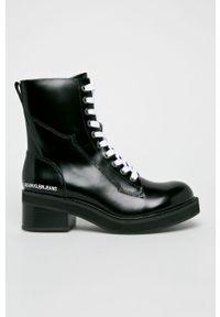 Czarne botki Calvin Klein Jeans z okrągłym noskiem, z cholewką, na sznurówki