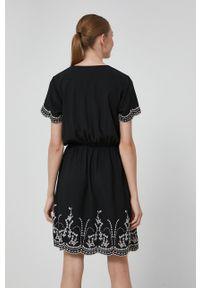 medicine - Medicine - Sukienka Essential. Kolor: czarny. Wzór: haft. Typ sukienki: rozkloszowane