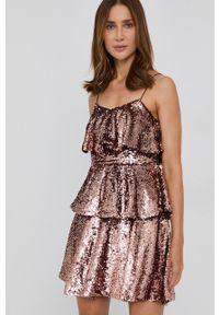 TwinSet - Twinset - Sukienka. Kolor: różowy. Materiał: materiał. Długość rękawa: na ramiączkach. Typ sukienki: rozkloszowane