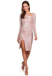 MAKEOVER - Pudrowa Połyskliwa Sukienka Bodycon z Asymetrycznym Dekoltem. Materiał: poliester, elastan. Typ sukienki: asymetryczne, bodycon