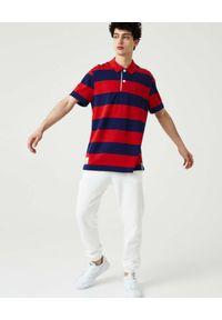 Lacoste - LACOSTE - Koszulka polo w paski z logo Regular Fit. Typ kołnierza: polo. Kolor: czerwony. Materiał: bawełna. Wzór: paski. Styl: klasyczny