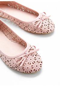 Różowe baleriny bonprix w ażurowe wzory