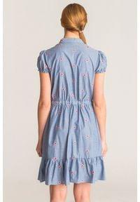 Niebieska sukienka Emporio Armani z kwiatowym haftem. Kolor: niebieski. Materiał: bawełna. Długość rękawa: krótki rękaw. Wzór: haft, kwiaty. Długość: mini