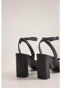Czarne sandały mango na średnim obcasie, na klamry, na obcasie