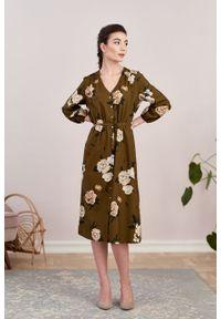 Marie Zélie - Sukienka Lila Lesina brązowa. Typ kołnierza: dekolt w kształcie V. Kolor: brązowy. Materiał: bawełna, wiskoza. Typ sukienki: proste. Styl: elegancki