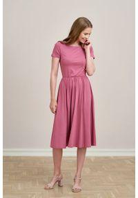 Marie Zélie - Sukienka Emelina róż piwoniowy mikromodal krótki rękaw. Kolor: różowy. Materiał: wiskoza, dzianina, elastan, włókno, skóra, guma. Długość rękawa: krótki rękaw. Styl: klasyczny. Długość: midi
