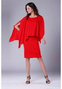 Nommo - Czerwona Dopasowana Sukienka z Asymetryczną Narzutką. Kolor: czerwony. Materiał: wiskoza, poliester. Wzór: kwiaty. Typ sukienki: asymetryczne