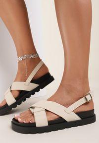 Renee - Beżowe Sandały Athilymes. Nosek buta: otwarty. Zapięcie: pasek. Kolor: beżowy. Materiał: guma. Wzór: jednolity, paski. Obcas: na platformie. Styl: sportowy