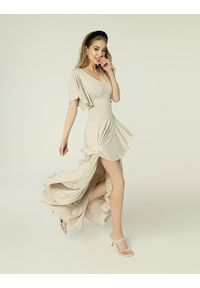 Beżowa sukienka wakacyjna, midi