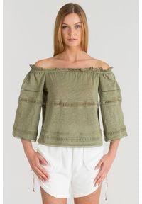 Oliwkowa bluzka off-shoulder Patrizia Pepe z ażurowymi wstawkami. Kolor: oliwkowy. Wzór: ażurowy. Styl: elegancki, rockowy