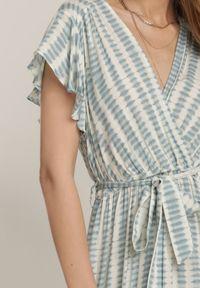 Renee - Jasnoniebieska Sukienka Ifamphei. Typ kołnierza: kołnierz z falbankami. Kolor: niebieski. Materiał: tkanina, wiskoza, materiał. Wzór: aplikacja. Typ sukienki: kopertowe. Długość: maxi