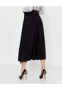 PESERICO - Czarna spódnica z aplikacją. Kolor: czarny. Materiał: materiał. Wzór: aplikacja. Styl: wizytowy, klasyczny