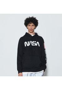 Reserved - Bluza z kapturem NASA - Czarny. Typ kołnierza: kaptur. Kolor: czarny