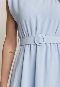 Renee - Jasnoniebieska Sukienka Thananthei. Okazja: na wesele, na ślub cywilny. Kolor: niebieski. Materiał: tkanina, guma. Długość rękawa: bez rękawów. Wzór: jednolity. Styl: klasyczny. Długość: mini