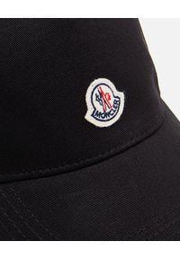 MONCLER - Czarna czapka z logo. Kolor: czarny. Materiał: bawełna. Wzór: haft