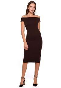 MAKEOVER - Brązowa Dopasowana Midi Sukienka z Dekoltem w Łódkę. Kolor: brązowy. Materiał: bawełna, poliester. Długość: midi