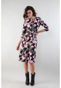 Różowa sukienka wizytowa Nommo prosta, w kwiaty