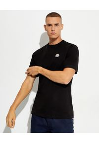 MONCLER - Czarny t-shirt z bawełny. Kolor: czarny. Materiał: bawełna. Wzór: aplikacja