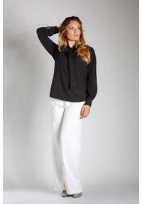 Nommo - Czarna Elegancka Bluzka z Wiązaniem PLUS SIZE. Kolekcja: plus size. Kolor: czarny. Materiał: wiskoza, poliester. Styl: elegancki