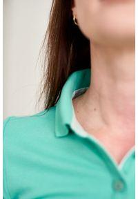 Marie Zélie - Sukienka Polo zielona – trapezowa. Okazja: do pracy, na co dzień. Typ kołnierza: polo. Kolor: zielony. Materiał: bawełna, dzianina, materiał. Długość rękawa: krótki rękaw. Typ sukienki: trapezowe. Styl: wakacyjny, sportowy, klasyczny, casual
