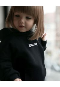 KIDS LOVE - Czarna bluza Menfi z logo. Okazja: na co dzień. Typ kołnierza: kaptur. Kolor: czarny. Materiał: bawełna, dresówka. Styl: elegancki, casual