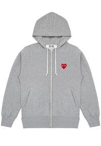 COMME DES GARCONS PLAY - Szara bluza z czerwonymi sercami. Typ kołnierza: kaptur. Kolor: szary. Materiał: bawełna, dresówka, jeans. Długość rękawa: długi rękaw. Długość: długie. Wzór: nadruk. Sezon: jesień