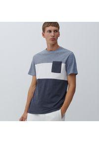 Reserved - T-shirt w paski z kieszonką - Granatowy. Kolor: niebieski. Wzór: paski