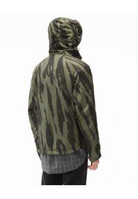 Kenzo - KENZO - Kurtka wiatrówka z nadrukiem Pleat Camo. Typ kołnierza: kaptur. Kolor: zielony. Materiał: nylon. Długość rękawa: długi rękaw. Długość: długie. Wzór: nadruk