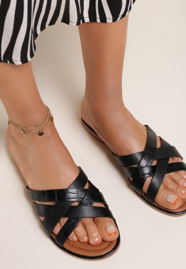 Renee - Czarne Klapki Zheenchol. Kolor: czarny. Materiał: bawełna, skóra, jeans. Wzór: paski. Obcas: na obcasie. Wysokość obcasa: niski
