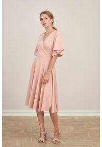 Marie Zélie - Sukienka Eudora mglisty róż. Kolor: różowy. Materiał: dzianina. Typ sukienki: kopertowe