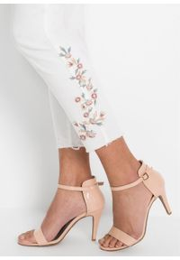 Dżinsy z haftem bonprix biały twill. Kolor: biały. Wzór: haft