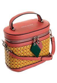 DAVID JONES - Torebka damska kuferek czerwona David Jones 6246-1. Kolor: czerwony. Wzór: kolorowy. Dodatki: z breloczkiem. Materiał: skórzane. Rozmiar: małe. Styl: sportowy