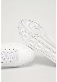 Białe sneakersy adidas Originals z okrągłym noskiem, na obcasie, z cholewką, na sznurówki