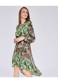 THECADESS - Asymetryczna sukienka midi Almeria. Okazja: na co dzień. Kolor: zielony. Materiał: guma. Długość rękawa: długi rękaw. Wzór: nadruk. Typ sukienki: asymetryczne. Styl: elegancki, casual. Długość: midi
