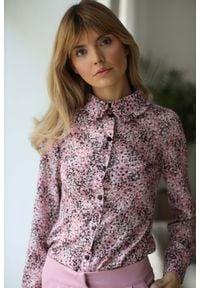 Nommo - Bluzka z Falbanką przy Kołnierzyku - Różowa. Kolor: różowy. Materiał: wiskoza, poliester. Wzór: kwiaty