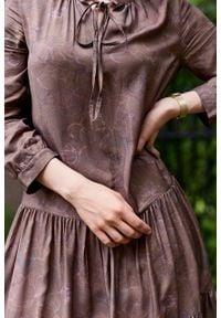 Marie Zélie - Sukienka Fringilla Idyllica. Typ kołnierza: kołnierzyk stójkowy. Materiał: poliester, materiał, wiskoza, tkanina, skóra