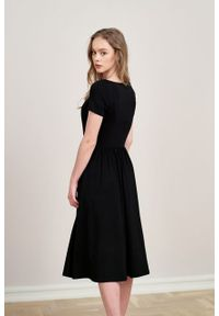 Marie Zélie - Sukienka Emelina czarna mikromodal krótki rękaw. Kolor: czarny. Materiał: wiskoza, dzianina, materiał, elastan, tkanina, guma. Długość rękawa: krótki rękaw. Styl: klasyczny. Długość: midi