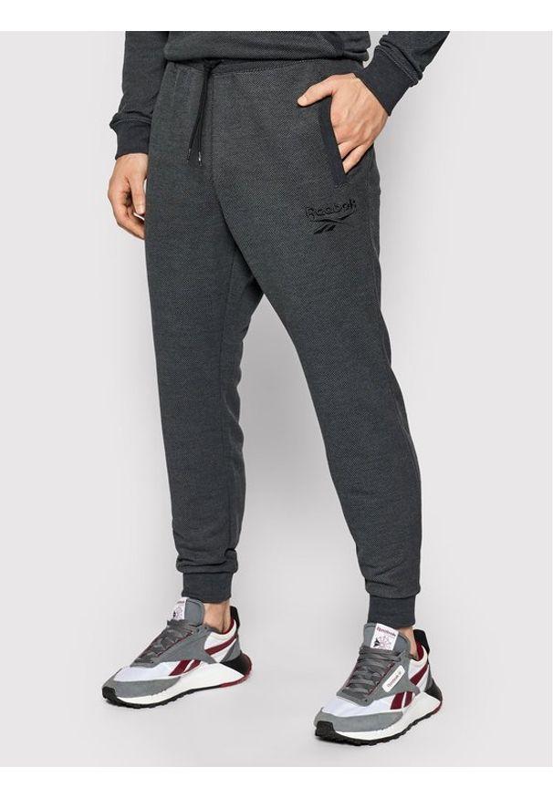 Reebok Spodnie dresowe Essentials GI9405 Szary Slim Fit. Kolor: szary. Materiał: dresówka