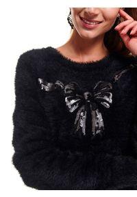 TOP SECRET - Damski sweter ze świątecznym motywem z cekinami. Typ kołnierza: kokarda, dekolt w łódkę. Kolor: czarny. Materiał: materiał. Długość rękawa: długi rękaw. Długość: długie. Wzór: aplikacja. Sezon: zima. Styl: wizytowy
