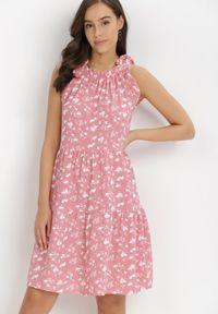 Born2be - Różowa Sukienka Diara. Typ kołnierza: kołnierz z falbankami, dekolt halter. Kolor: różowy. Wzór: kwiaty. Sezon: lato. Długość: mini