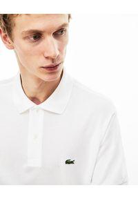 Lacoste - LACOSTE - Biały t-shirt polo z logo. Okazja: na co dzień. Typ kołnierza: polo. Kolor: biały. Materiał: jeans, prążkowany, bawełna. Wzór: haft. Styl: klasyczny, casual