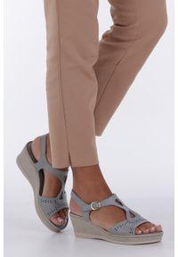 Casu - Szare sandały ażurowe na koturnie z odkrytymi palcami casu f19x1/g. Nosek buta: otwarty. Kolor: szary. Wzór: ażurowy. Obcas: na koturnie