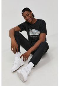 New Balance - T-shirt bawełniany. Kolor: czarny. Materiał: bawełna. Wzór: nadruk